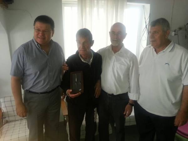 Ο Ρεζβάν Κόντι, δεύτερος από αριστερά, δίπλα στους Πάμπη Κυρίτση, Αλί Γκουλέ και Μεχμέτ Σεϊς. Λίγους μήνες πριν το θάνατό του τιμήθηκε για την προσφορά του στους κοινούς αγώνες του συνδικαλιστικού κινήματος.